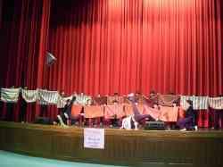 原住民學生上台為副主委表演