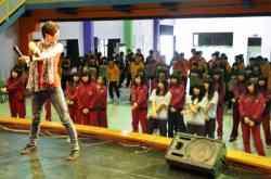 佳穎老師帶學生練舞