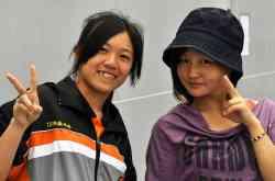 學生與管理組長 佳琳老師合影