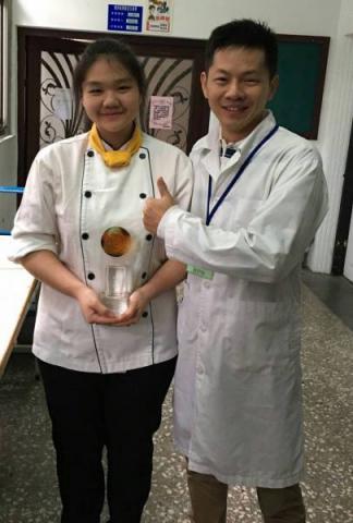 餐三強武容同學參加104學年度全國高中技藝競賽榮獲烘焙職類金手獎第6名.jpg