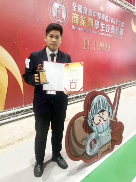 108/12/3餐飲科學生陳彥達獲得全國技藝競賽金手獎