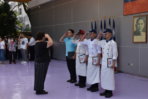 108/9/21劉竣韙、林裕得、潘建杰參加新北市108年度「食膳小當家」設計料理競賽,榮獲優選第二名,