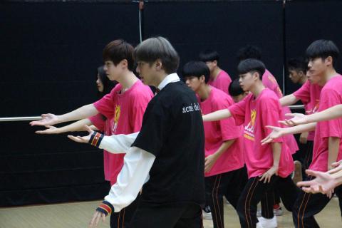 弟弟(瑋瑋)與老師、同學們認真學舞*