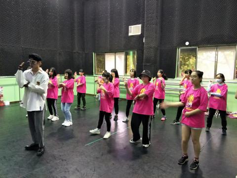 同學們穿著演藝科科服跳舞*