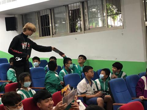 崔老師與同學互動