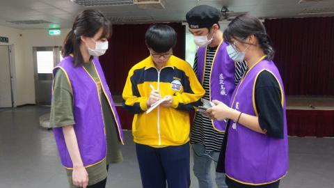 金老師、崔老師與演藝科同學一同向同學介紹演藝科