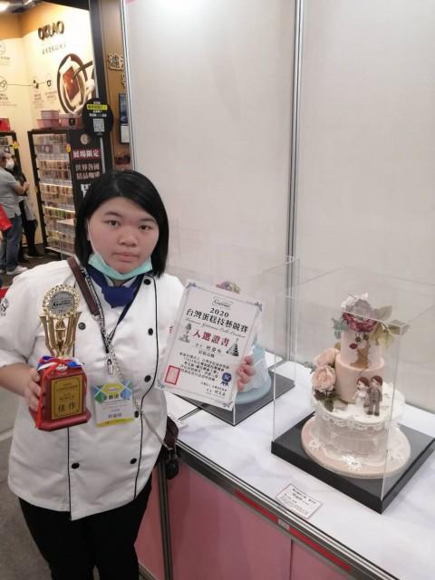 快訊~2020南港國際烘培展-糖花藝術藝術工藝競賽 餐飲科學生柯姿吟榮獲第四名佳作