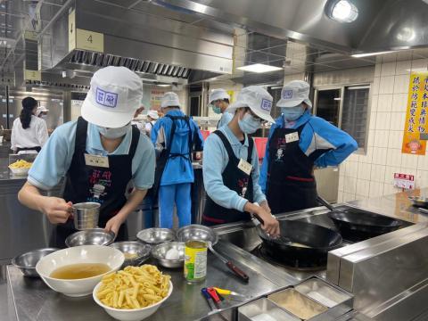 108秀峰國中蛋汁奶油培根麵、玉米濃湯_201012_17.jpg