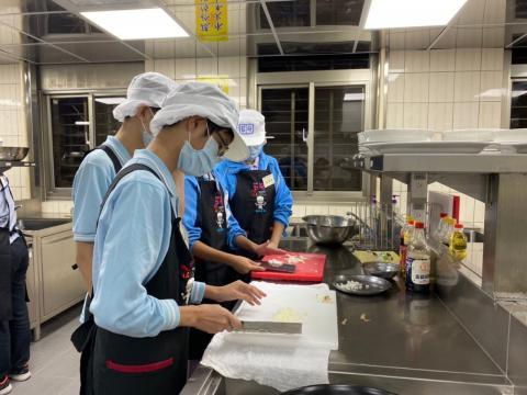 108秀峰國中蛋汁奶油培根麵、玉米濃湯_201012_3.jpg