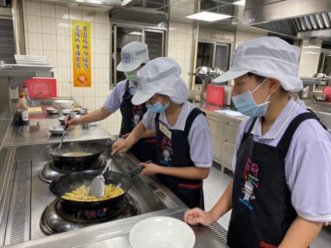 108秀峰國中蛋汁奶油培根麵、玉米濃湯_201012_8.jpg