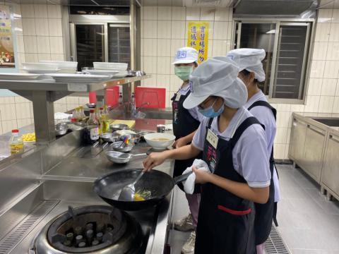 108秀峰國中蛋汁奶油培根麵、玉米濃湯_201012_6.jpg
